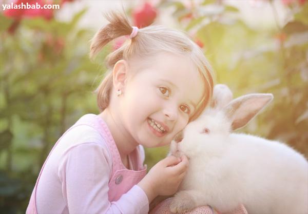 طفلة مع ارنبط