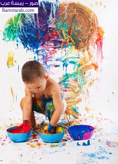 صور طفل يلعب الالوان