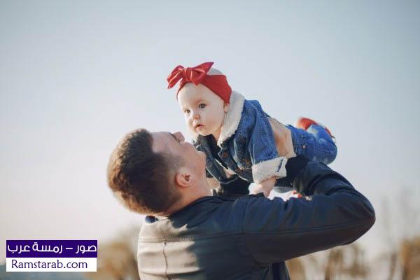 طفلة مع الاب
