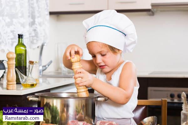 طفل يطبخ