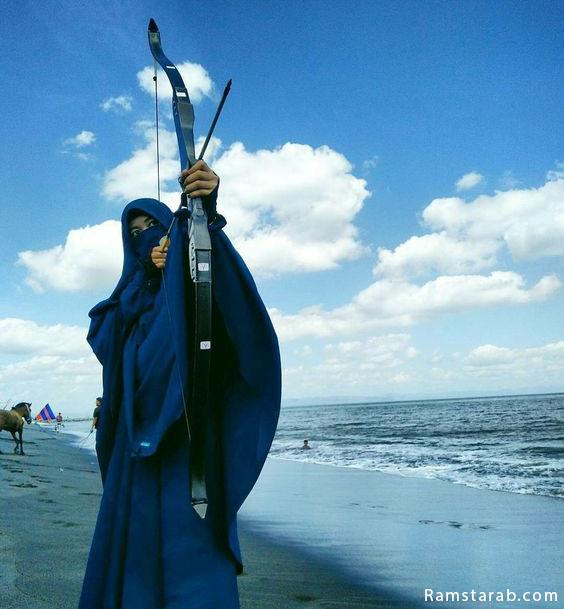بنت منقبة تحمل قوس