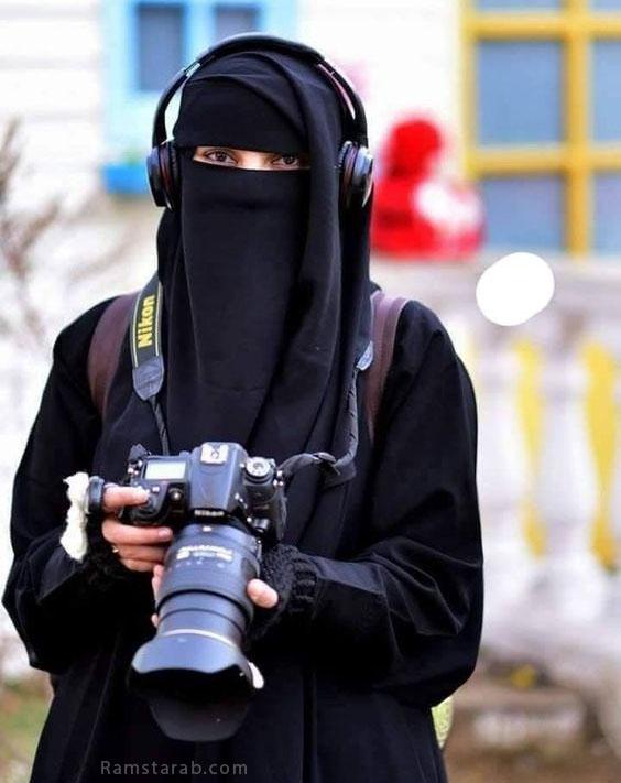 بنت منقبة تحمل كميرا